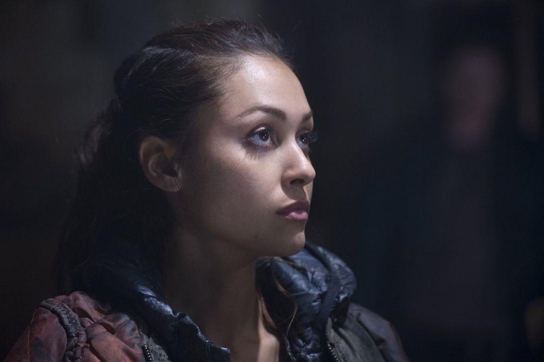 Würde Raven (Lindsey Morgan) in ihrer Trauer wirklich das zarte Band der neuen Allianz aufs Spiel setzen? - Bildquelle: 2014 Warner Brothers