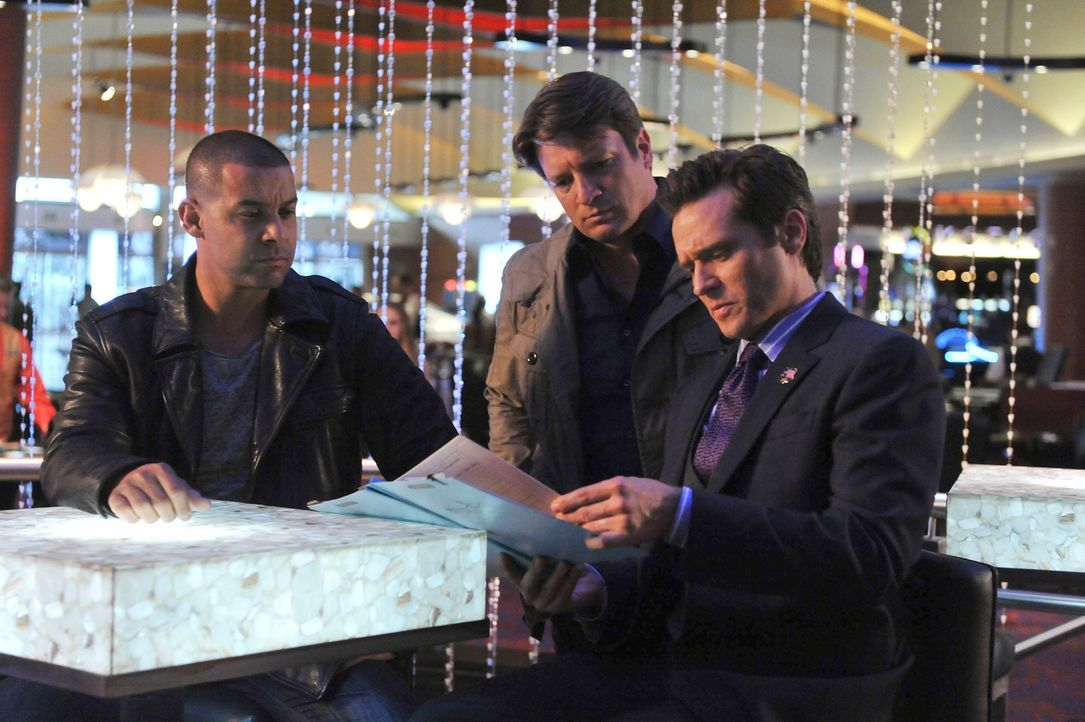 Sind sie dem Täter auf der Spur? Castle (Nathan Fillion, M.), Ryan (Seamus Dever, r.) und Esposito (Jon Huertas, l.) ermitteln in dem Mord an einem... - Bildquelle: 2011 American Broadcasting Companies, Inc. All rights reserved.
