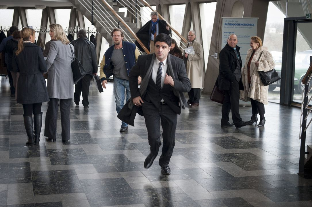 Bei einem Banküberfall in Essen wird eine junge Angestellte erschossen und Micks Tochter Isa als Geisel genommen. Mick (Henning Baum, M.l.) und And... - Bildquelle: Martin Rottenkolber SAT.1