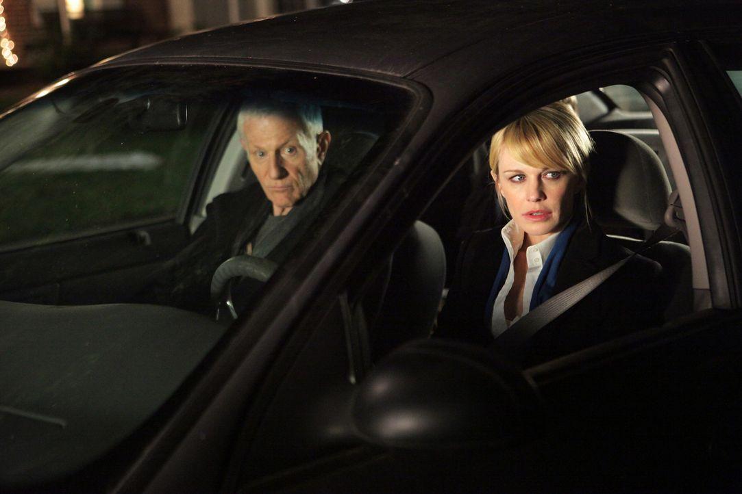 Nachdem Paul Coopers (Raymond J. Barry, l.) Sohn sich mit seinem Auto aus dem Staub gemacht hat, hilft ihm Lilly (Kathryn Morris, r.), ihn zu suchen.