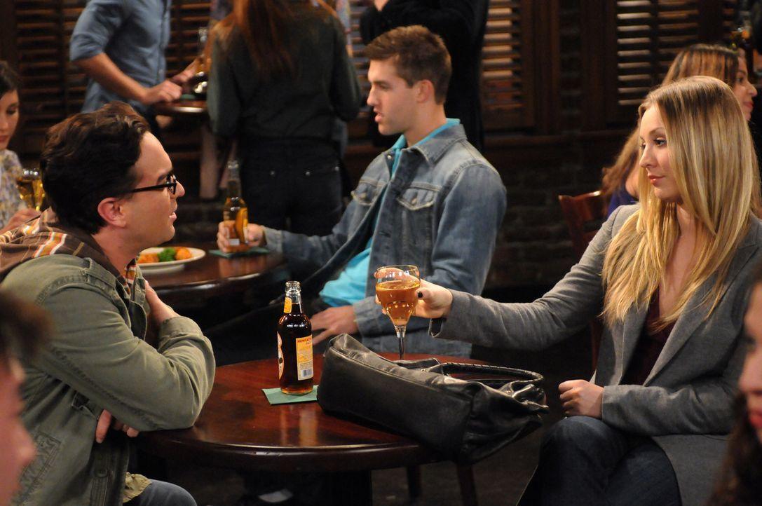 Leonard (Johnny Galecki, l.) und Penny (Kaley Cuoco, r.) versuchen, Zeit miteinander zu verbringen, während Sheldon seine Angst vor Vögeln überwi... - Bildquelle: Warner Bros. Television