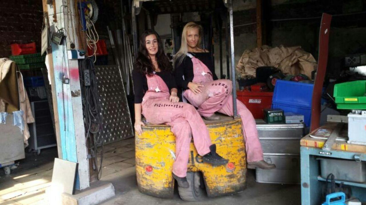 """(6. Staffel) - Mein Revier - Ordnungshüter räumen auf: Monika Kosiol (l.) und ihre Angestellte Janine Draheim (r.), die """"Schrottladys"""" aus Essen, si... - Bildquelle: kabel eins"""