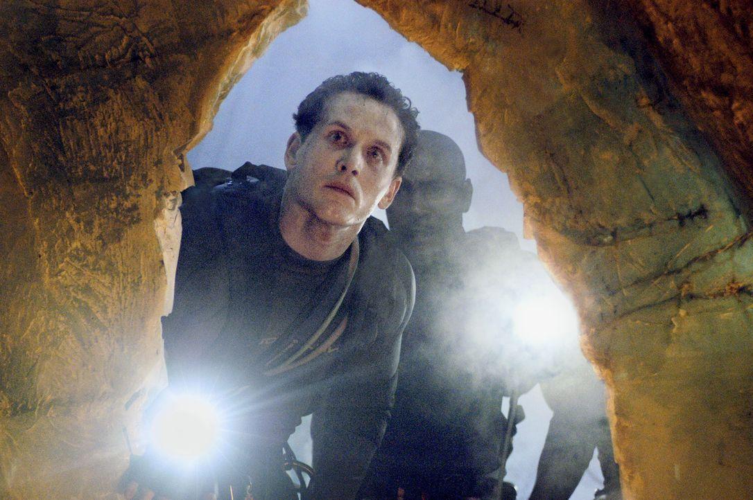 Ein Team von Wissenschaftlern stößt auf ein verborgenes unterirdisches Höhlensystem. Ein Team von Spezialisten (Cole Hauser, l. und Morris Chestn... - Bildquelle: Cos Aelenei 2005 Cineblue Internationale Filmproduktionsgesellschaft MbH & Co. 1. Beteiligungs KG.  All Rights Reserved.