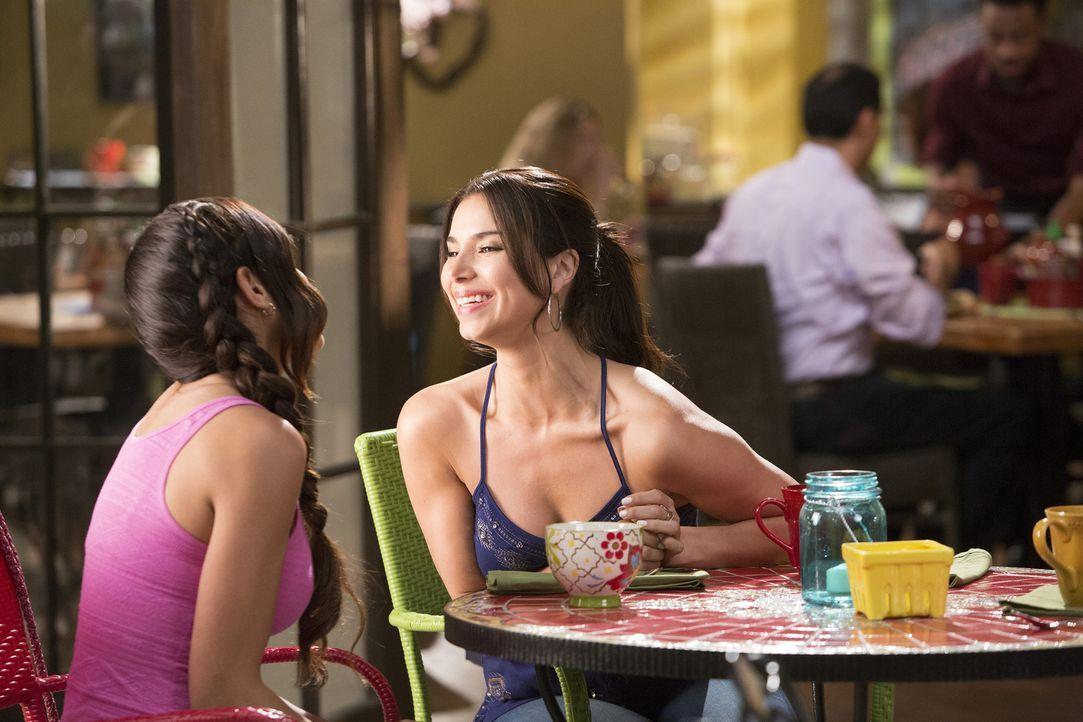 Nach dem Kuss mit Jacklyn ist Carmen (Roselyn Sanchez, r.) mehr als verwirrt und auch Rosie (Dania Ramirez, l.) ist ihr keine große Hilfe ... - Bildquelle: Annette Brown 2015 American Broadcasting Companies, Inc. All rights reserved.
