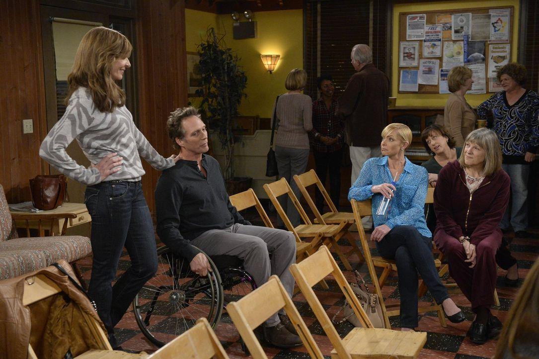 Weil Bonnie (Allison Janney, l.) Adam (William Fichtner, 2.v.l.) zeigen will, wie wichtig ihr die Treffen der Anonymen Alkoholiker sind, überredet s... - Bildquelle: 2015 Warner Bros. Entertainment, Inc.