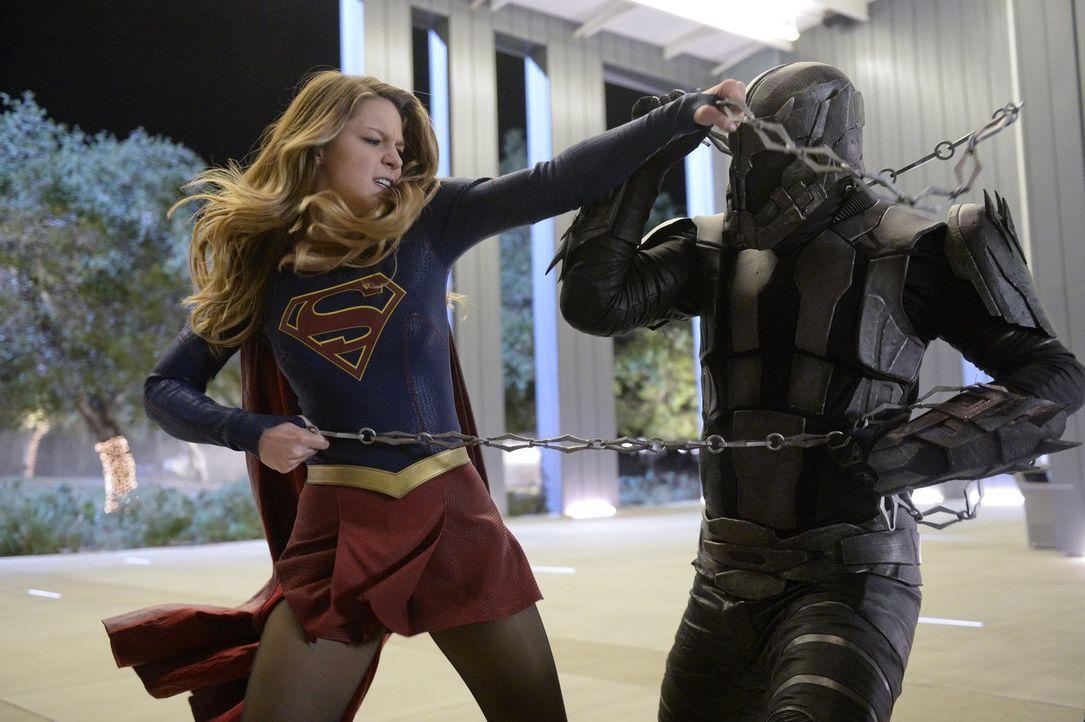 Master Jailer (Jeff Branson, r.) ist auf der Jagd nach entflohenen Fort Rozz-Häftlingen. Zu Supergirls (Melissa Benoist, l.) Überraschung erweist er... - Bildquelle: 2015 Warner Bros. Entertainment, Inc.