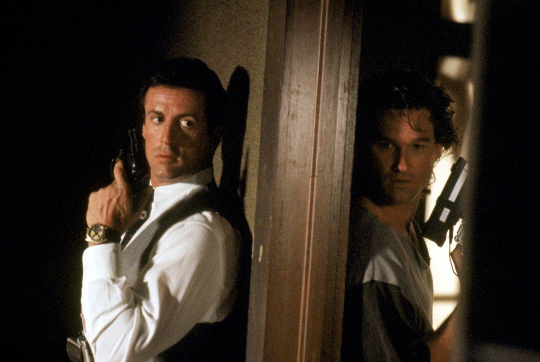 Eines Tages müssen die beiden völlig gegensätzlichen Cops Raymond Tango (Sylvester Stallone, l.) und Gabriel Cash (Kurt Russell, r.) ihre Differenze... - Bildquelle: Warner Brothers