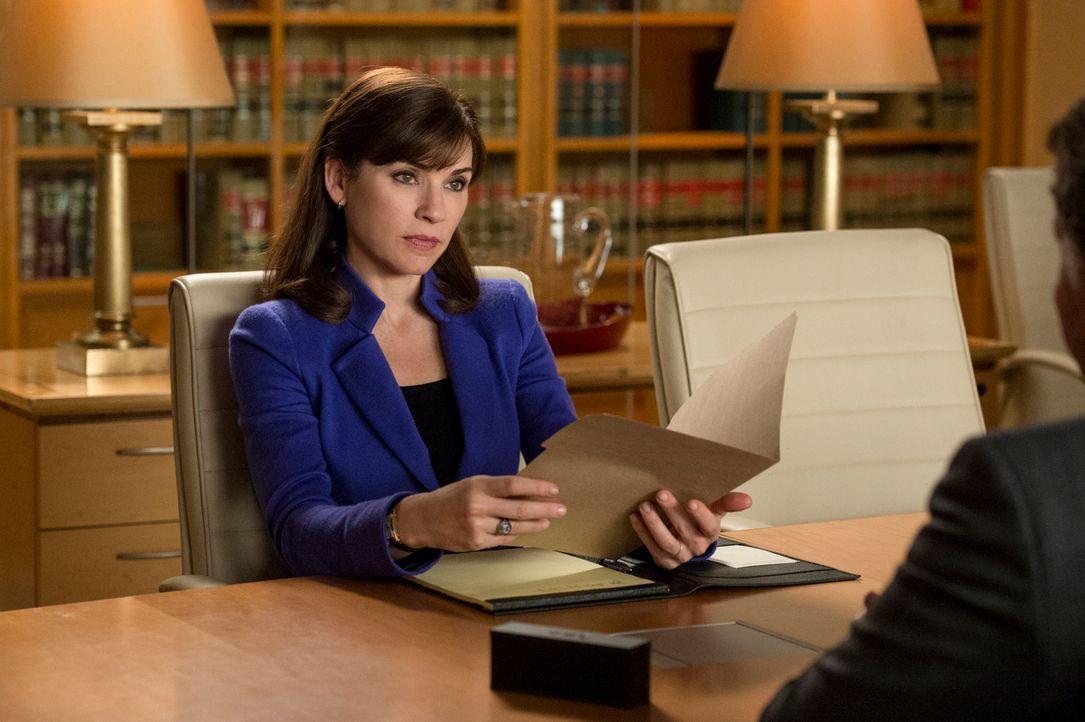 Alicia (Julianna Margulies) ist geschockt, als sie 12 Millionen Dollar von einem ehemaligen Klienten erbt ... - Bildquelle: David Giesbrecht 2013 CBS Broadcasting Inc. All Rights Reserved.