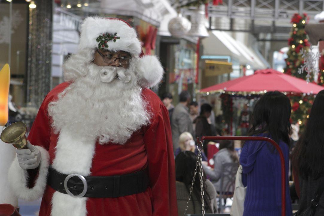 Zur Jahreszeit passend als Weihnachtsmann verkleidet: Winston (Chi McBride) ... - Bildquelle: 2011  Warner Bros.