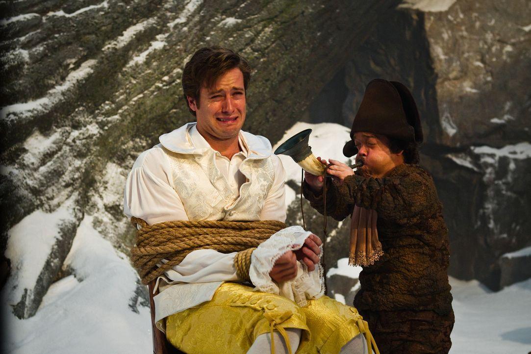 Zwerg Napolean (Jordan Prentice, r.) versucht mit unkonventionellen Methoden, Prinz Andrew (Armie Hammer, l.) von seinem Fluch, ein Hund zu sein, zu... - Bildquelle: Jan Thijs @studiocanal