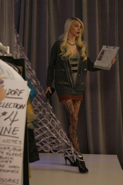 Jenny (Taylor Momsen) freut sich, dass Eleanor nicht nachtragend ist und sie wieder für sie arbeiten darf. - Bildquelle: Warner Brothers