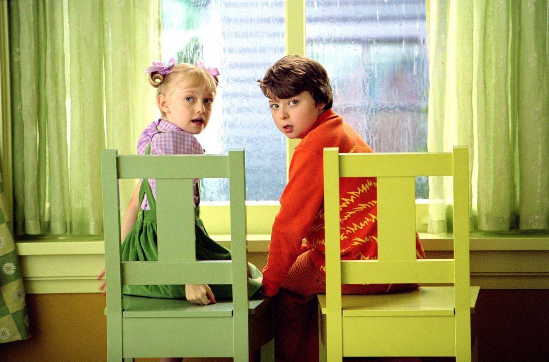 Die Geschwister Conrad (Spencer Breslin, r.) und Sally (Dakota Fanning, l.) machen ihrer alleinerziehenden Mutter große Sorgen. Denn Conrad tut ste... - Bildquelle: TM &   2003 DreamWorks LLC. All Rights Reserved.