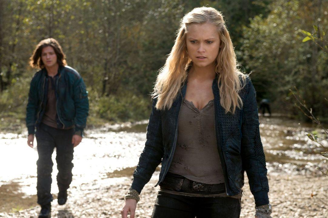 Bei ihrer Suche sprechen Finn (Thomas McDonell, l.) und Clarke (Eliza Taylor, r.) über die Zukunft ... - Bildquelle: Warner Brothers