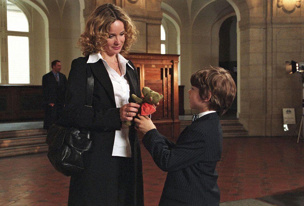 Vor der entscheidenden Gerichtsverhandlung überreicht Benny (Paul Zerbst, r.) Sabina (Ann-Kathrin Kramer, l.) seinen Glücksbringer. - Bildquelle: Susan Skelton Sat.1