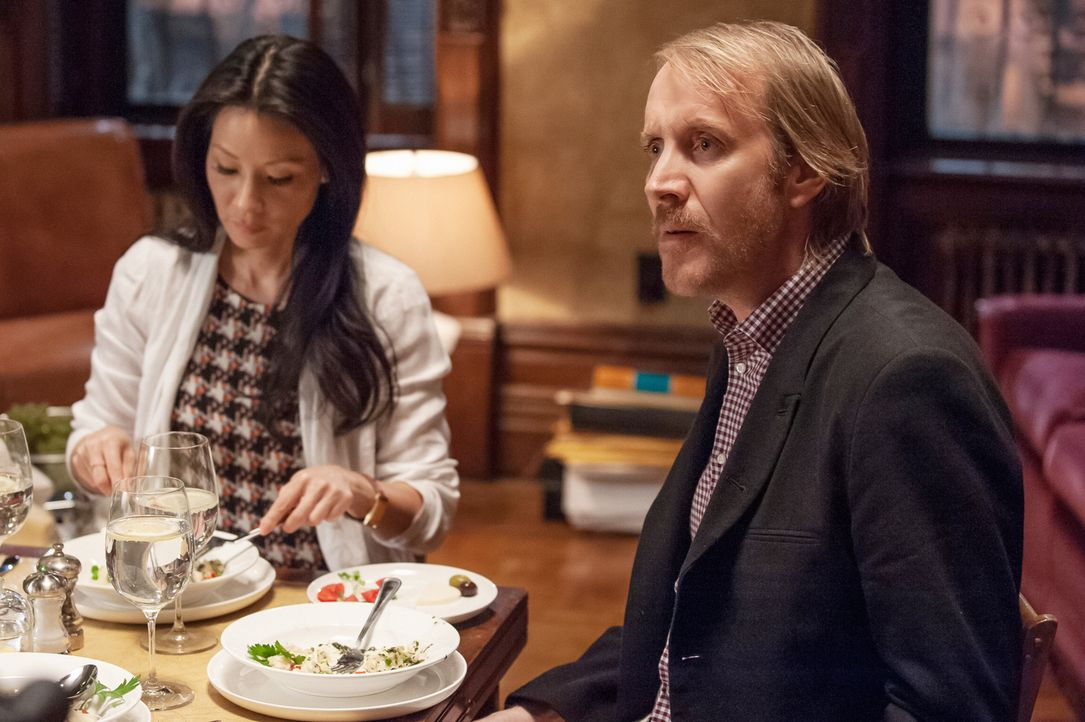 Sherlock fällt es schwer, die Beziehung zwischen Mycroft (Rhys Ifans, r.) und Joan (Lucy Liu, l.) zu akzeptieren ... - Bildquelle: CBS Television