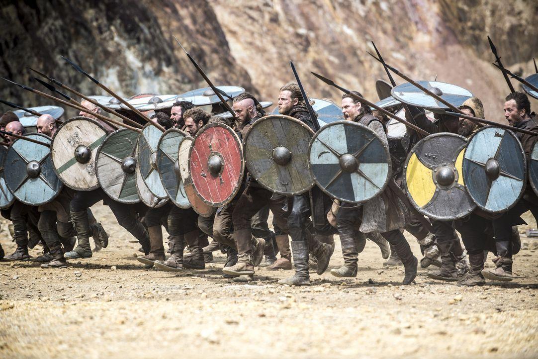 Ziehen mit ihren Männern gegen Jarl Borg und Rollo in die Schlacht: Ragnar (Travis Fimmel, 5.v.r.) und König Horik (Donal Logue, 3.v.r.) ... - Bildquelle: Bernard Walsh 2013 TM TELEVISION PRODUCTIONS LIMITED/T5 VIKINGS PRODUCTIONS INC. ALL RIGHTS RESERVED.