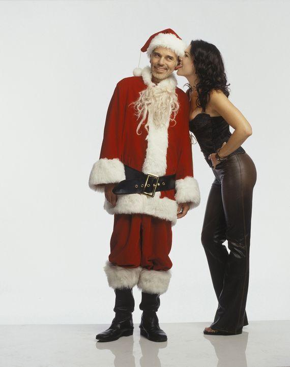 Gesucht und gefunden: Kaufhaus-Weihnachtsmann Willie T. Stokes (Billy Bob Thornton, l) und Barkeeperin Sue (Lauren Graham, r.) mit Vorliebe für Weih... - Bildquelle: 2006 Sony Pictures Television International.