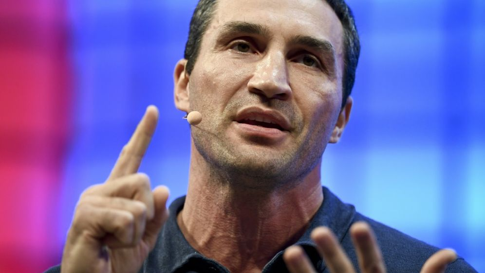 Wladimir Klitschko versteigert letzten Kampfmantel - Bildquelle: AFPSIDPATRICIA DE MELO MOREIRA