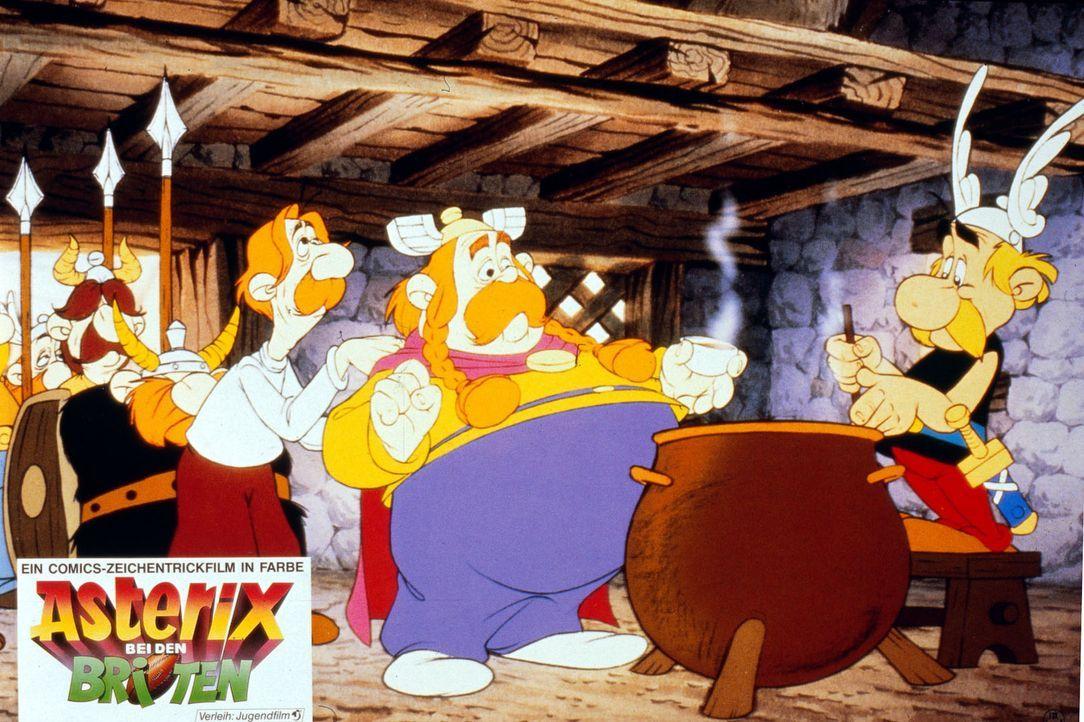 Endlich ist es soweit: Asterix (r.) gibt seinem Vetter Teefax (l.) und dessen Dorfchef Sebigbos (M.) von dem magischen Zaubertrank zu kosten ... - Bildquelle: Jugendfilm-Verleih GmbH