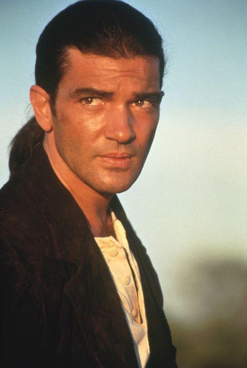 Der mysteriöse Gitarrenspieler (Antonio Banderas) zieht durchs Land, um jenen Mann zu finden, der einst seine große Liebe erschoss und ihn selbst... - Bildquelle: Columbia Pictures