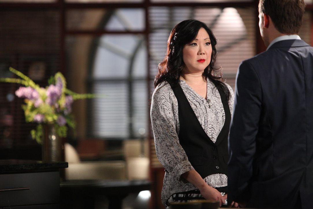 Luke (Carter MacIntyre, r.) erfährt von Teri (Margaret Cho, l.) pikante Details über die mögliche neue Investorin ... - Bildquelle: 2012 Sony Pictures Television Inc. All Rights Reserved.