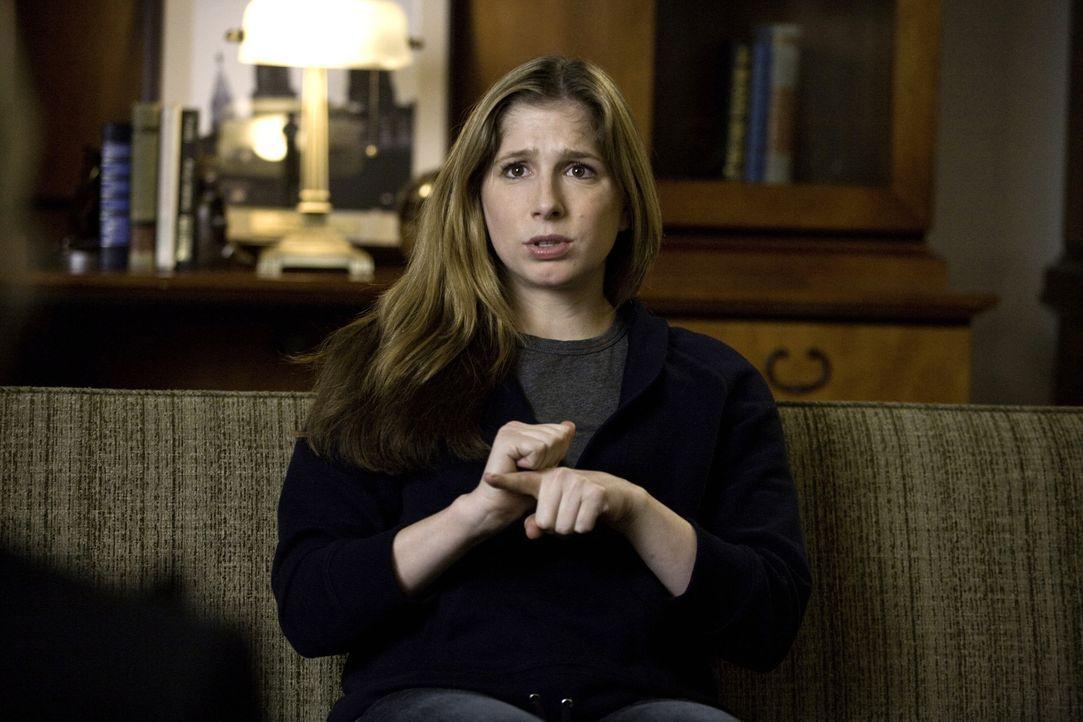Weiß Leah O'Rafferty (Shoshannah Stern) etwas über den Mord, der im Jahre 2006 an einer Highschool für Gehörlose statt fand? - Bildquelle: Warner Bros. Television