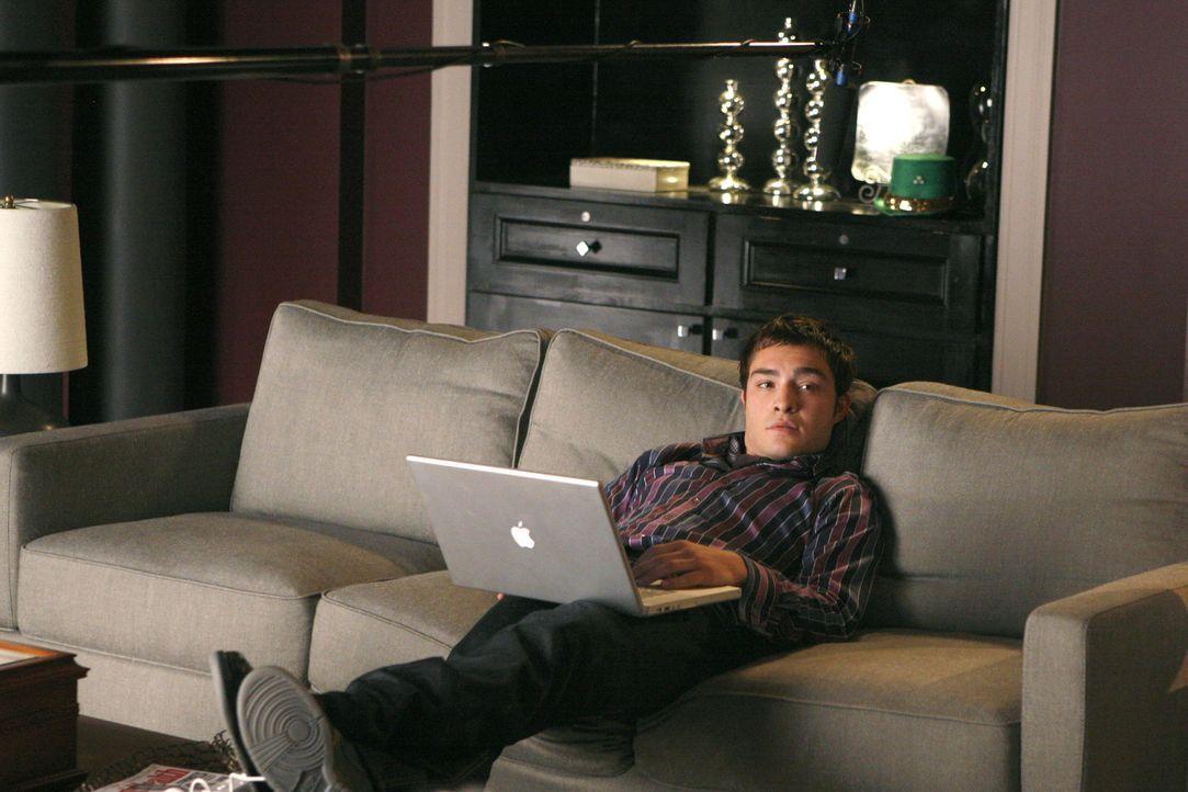 Chuck (Ed Westwick) genießt sein Leben. Der verwöhnte Junge führt ein Dasein in Luxus und Reichtum ... - Bildquelle: Warner Brothers