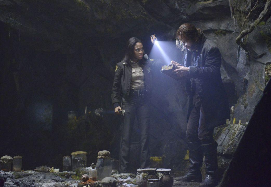 Ichabod Crane (Tom Mison, r.) und Sheriff Abbie Mills (Nicole Beharie, l.) wollen zusammen das übernatürliche Geheimnis der Stadt Sleepy Hollow l - Bildquelle: 2013 Twentieth Century Fox Film Corporation. All rights reserved.