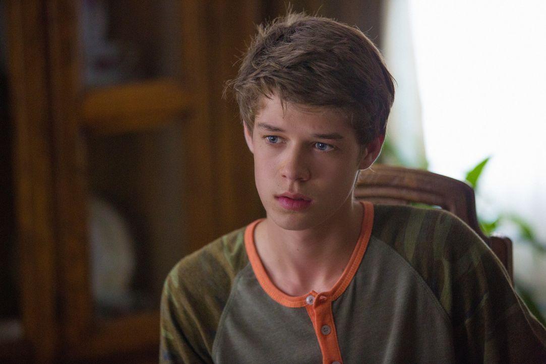 Hat keine Ahnung was seine Schwester Angie durchmacht: Joe (Colin Ford) ... - Bildquelle: 2013 CBS Broadcasting Inc. All Rights Reserved