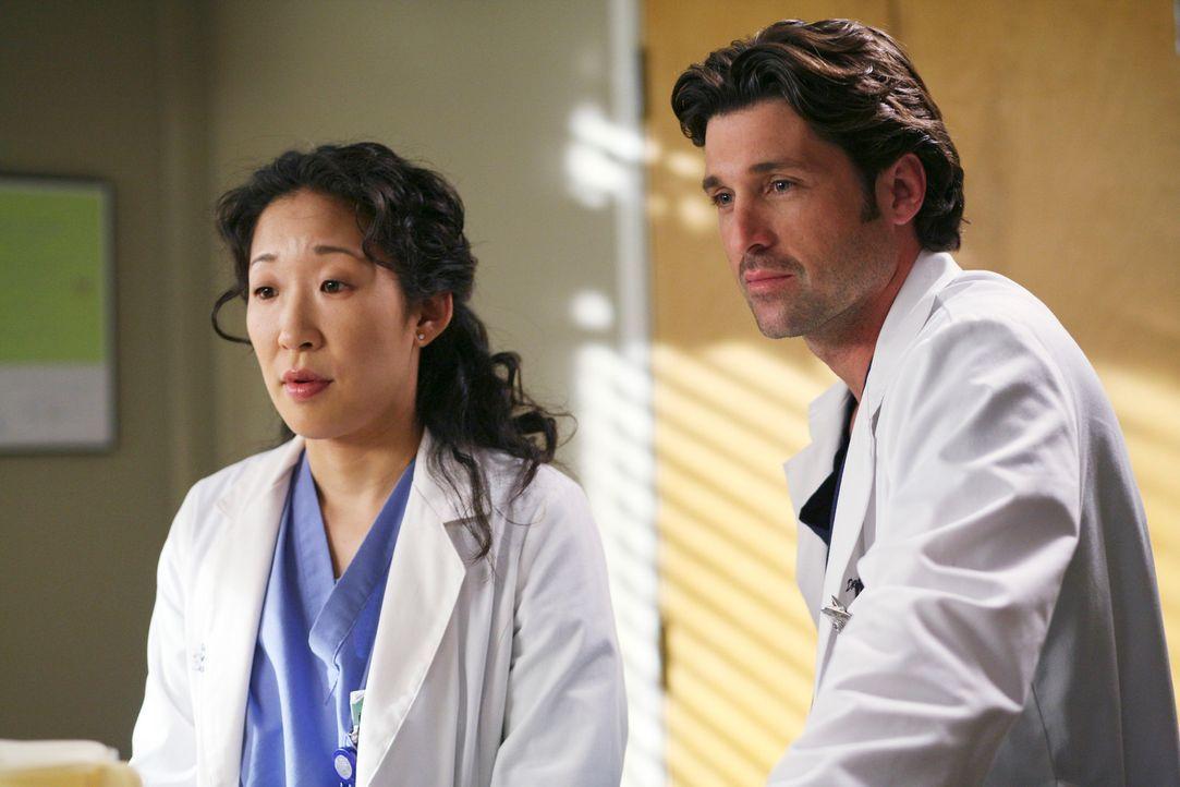 Während Alex sich um die kleine Megan kümmert, behandeln Derek (Patrick Dempsey, r.) und Cristina (Sandra Oh, l.) einen Mann, der an ständigen Kramp... - Bildquelle: Touchstone Television