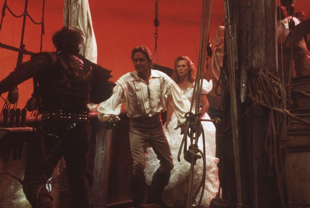 Joans (Kathleen Turner, r.) Fantasie geht mal wieder mit ihr durch: Tapfer verteidigt Jack (Michael Douglas, M.) seine Joan gegen böse Piraten ... - Bildquelle: 20th Century Fox Film Corporation