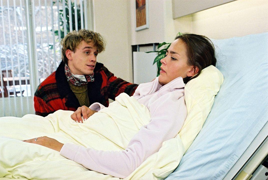 Celine (Janina Flieger, r.) ist sauer auf Lukas (Marius Frey, l.), der ihr nach ihrem Selbstmordversuch das Leben gerettet hat ... - Bildquelle: Monika Schürle Sat.1