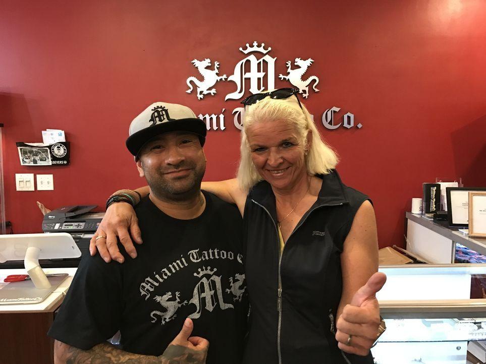 Dort kommen Erinnerungen hoch: Carmen (r.) im Tattoo Studio Co. in Miami, in dem sich damals Tamme ein Tattoo stechen hat lassen ... - Bildquelle: kabel eins