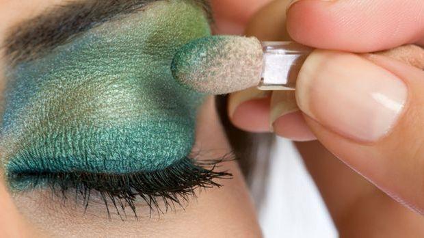 Make-up-Trendfarbe Smaragdgrün: Schillernd und geheimnisvoll auf Gesicht und...