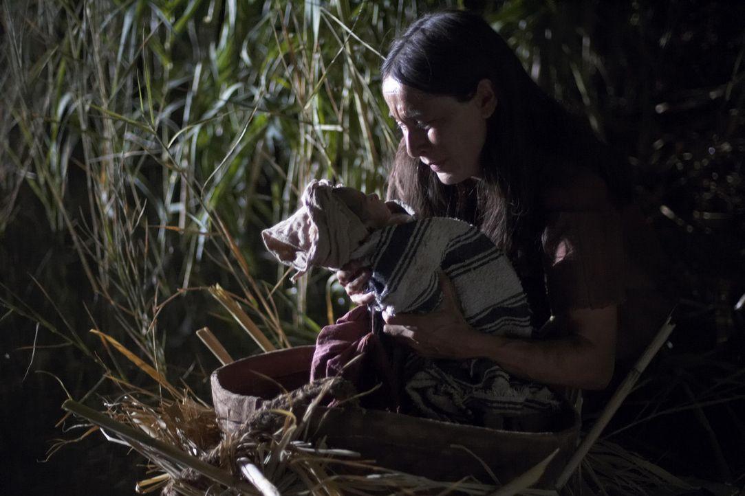 Moses, Sohn der Sklavin Jochebed (Lisa Jacobs) und des Sklaven Amram, wird nach seiner Geburt von seiner Mutter ausgesetzt. Sie hofft, damit sein Le... - Bildquelle: Hallmark Entertainment