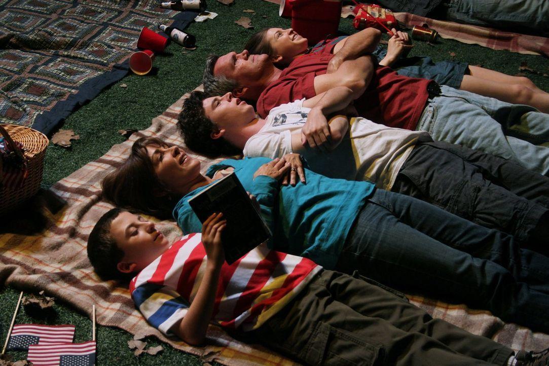 Die Sommerferien sind für Familie Heck, Brick (Atticus Shaffer, l.), Frankie (Patricia Heaton, 2.v.l.), Axl (Charlie McDermott, M.), Mike (Neil Flyn... - Bildquelle: Warner Brothers