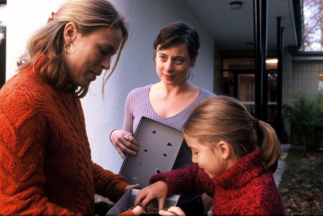 Kathrin (Anneke Kim Sarnau, l.) hängt sehr an der Tochter (Sina Richardt, r.) ihrer Schwester Sabine (Inka Friedrich, M.). - Bildquelle: Volker Roloff Sat.1