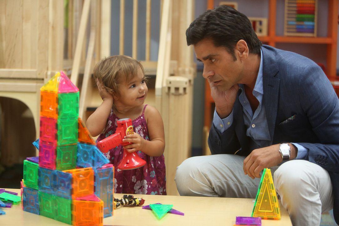Da Gerald nicht pünktlich zur Besichtigung eines Elite-Kindergartens für Edie kommen kann, soll sein Vater Jimmy (John Stamos, r.) das für ihn übern... - Bildquelle: Jordin Althaus 2015 American Broadcasting Companies, Inc. All rights reserved.