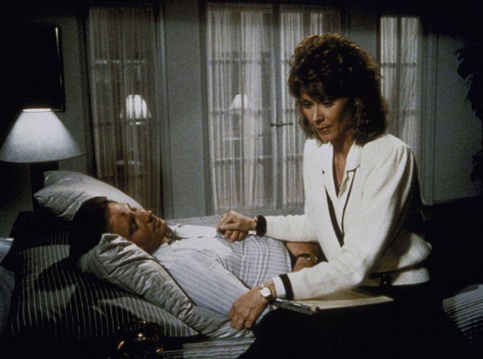 Amanda (Kate Jackson, r.) kümmert sich rührend um den schwerverletzten Lee (Bruce Boxleitner, l.), bis ihr dessen unnatürliche Augenfarbe auffällt ....