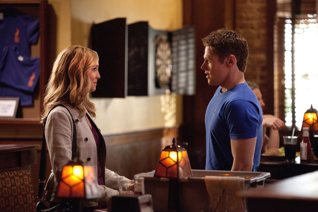 Matt (Zach Roerig, r.) kann nicht glauben, dass Caroline (Candice Accola, l.) in Wirklichkeit ein blutsaugendes Monster sein soll ... - Bildquelle: Warner Brothers