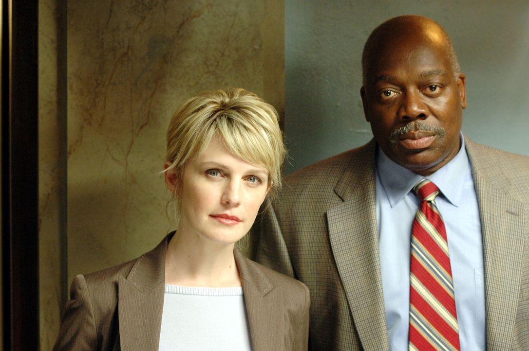 In dem aktuellen Fall erweist sich Det. Jeffries (Thom Barry, r.) als wertvolle Hilfe für die Det. Lilly Rush (Kathryn Morris, l.) sehr dankbar ist... - Bildquelle: Warner Bros. Television
