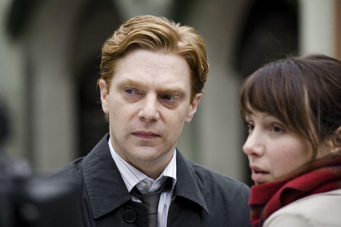 Erst spät beichtet Jonas (Oliver Mallison, l.) Andrea (Julia Koschitz, r.), warum er seit ihrem Weggang aus Schönburg mit Thomas nichts mehr zu tun... - Bildquelle: SAT.1