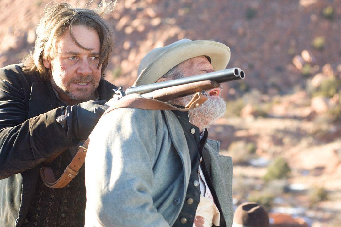 Als der berüchtigte Bandit und Outlaw Ben Wade (Russell Crowe, l.) mit seinen Männern die Postkutsche überfällt, bleibt auch Byron McElroy (Pete... - Bildquelle: 2007 Yuma, Inc. All Rights Reserved.