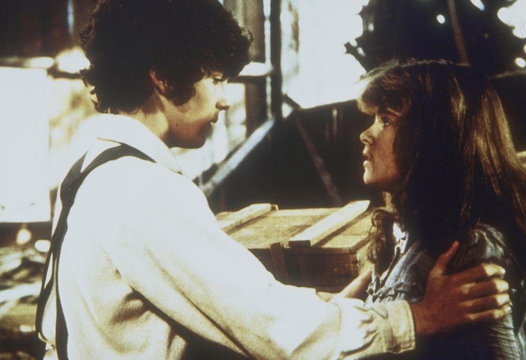 Albert Ingalls (Matthew Laborteaux, l.) findet Sylvia Webb (Olivia Barash, r.) in einem Schuppen. - Bildquelle: Worldvision