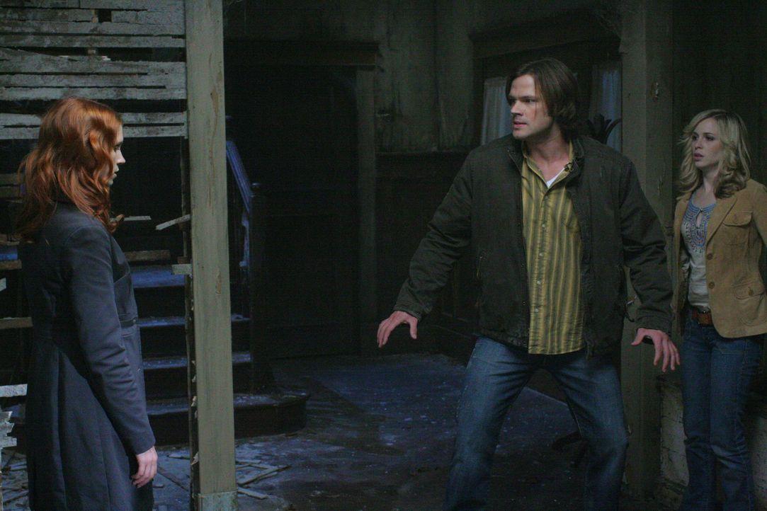Da Anna (Julie McNiven, l.) nicht die Macht hat, Sam (Jared Padalecki, M.) zu töten, macht sie eine Zeitreise in die Vergangenheit, um Sam und Dean... - Bildquelle: Warner Bros. Television