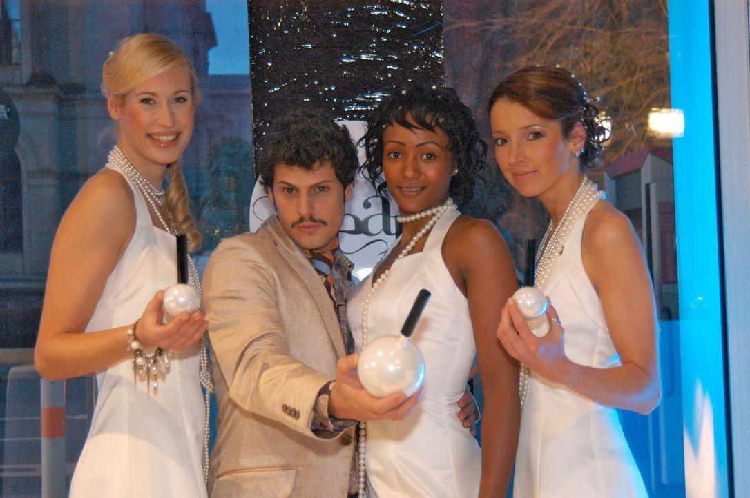 Rokko (Manuel Cortez, 2.v.l.) und die Models präsentieren das Parfum. - Bildquelle: Monika Schürle Sat.1