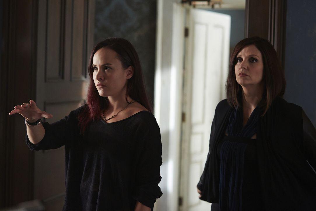 Nachdem Savannah einfach aus dem Haus verschwunden ist, machen sich Paige (Tommie-Amber Pirie, l.) und Ruth (Tammy Isbell, r.) auf die Suche ... - Bildquelle: 2015 She-Wolf Season 2 Productions Inc.