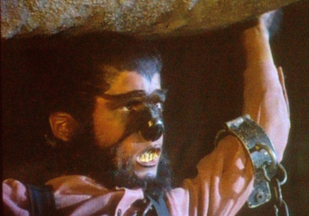 Als Werwolf verkleidet kann Albert (Matthew Laborteaux) sogar einen Felsbrocken problemlos heben. Leider verrät Carry, dass der Stein nur aus Pappm... - Bildquelle: Worldvision