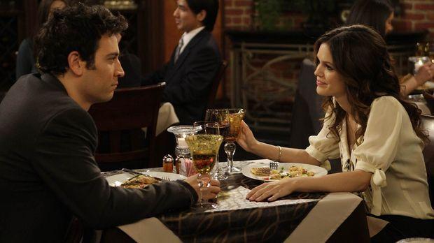 Ted (Josh Radnor, l.) lernt die Wirtschaftsstudentin Cindy (Rachel Bilson, r....