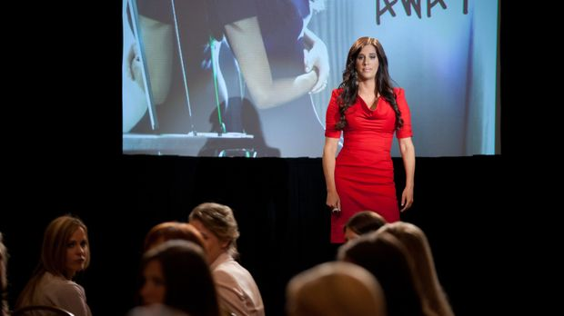 Marcie LaRose (Patti Stanger) hält ein Seminar, bei dem es um die Beziehung z...